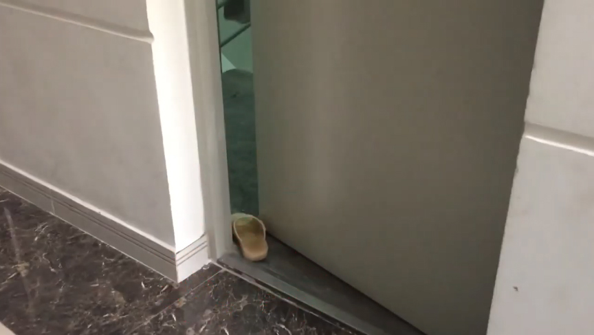 Nguy hiểm khi cửa cầu thang thoát hiểm không được sử dụng đúng cách